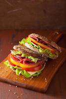sanduíche saudável com salame, pimenta e alface