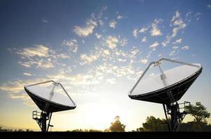antenas parabólicas para telecomunicações foto
