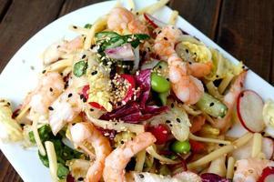 deliciosa salada de camarão e macarrão de verão foto
