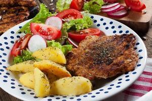 carne grelhada com salada. foto
