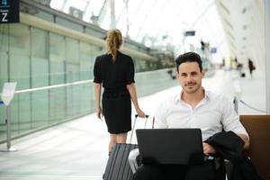 estação pública de belo jovem empresário com computador na área de wifi foto