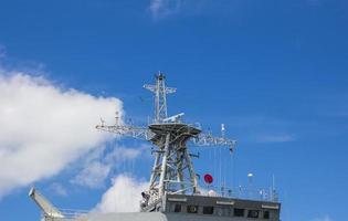 torre de radar no navio de guerra moderno foto