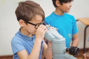 alunos na aula de ciências em sala de aula foto