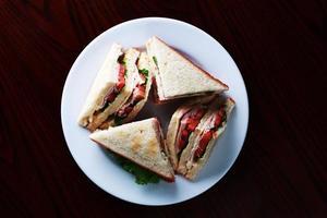 sanduíche de frango, alface e tomate foto
