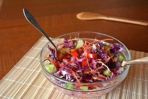 salada de legumes saudável com repolho roxo uma tigela de vidro foto