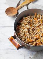 trigo sarraceno com cenouras na luz de fundo foto