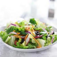 salada de jardim na toalha de mesa branca foto