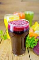 suco de beterraba e vegetais com salsa a bordo foto