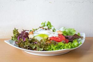 salada de legumes frescos, molho para salada. foto