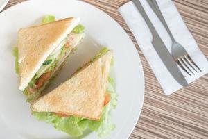 sanduíche com vegetais na mesa foto
