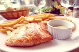 salmão grelhado foto