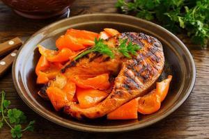 salmão grelhado com molho de soja com legumes. foto