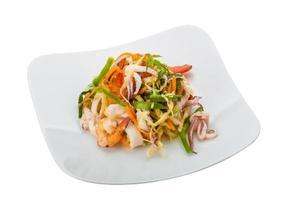 salada asiática de frutos do mar foto