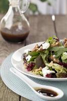 salada verde fresca em um prato foto