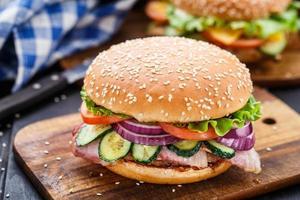 hambúrguer de bacon com legumes e costeleta foto