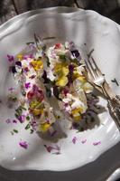queijo de cabra com flores comestíveis foto