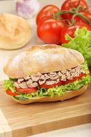 sanduíche com atum em fundo madeira foto