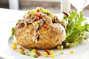 porção de batata assada com recheio de atum e legumes foto