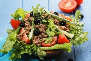 tigela de salada de atum foto