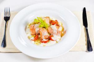 deliciosa salada de salmão foto