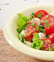 salada de tomate com alface, queijo e mostarda e molho de alho foto