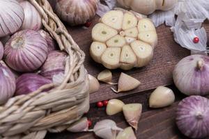 especiarias frescas em uma mesa foto