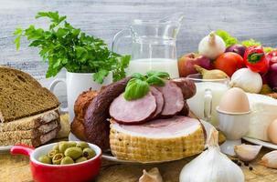composição variedade produtos de mercearia carne laticínios foto