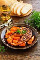 salmão grelhado com molho de soja com legumes.
