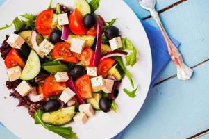 salada grega em fundo de madeira foto