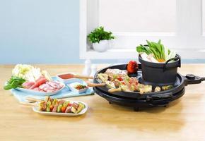 preparar comida de churrasco em uma cozinha foto