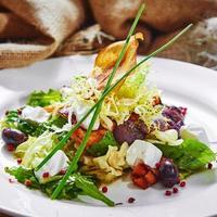 salada fresca de primavera com queijo feta, cebola roxa em branco foto