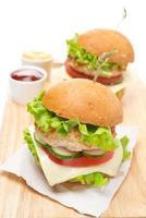 hambúrguer de frango caseiro com legumes, queijo