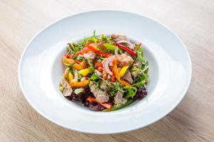 salada de atum com legumes foto