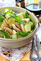 salada oriental com pepino e chichen foto