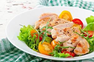 peitos de frango grelhados e salada fresca foto