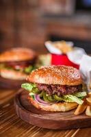 closeup de hambúrguer caseiro foto