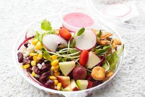 salada de legumes e frutas frescas.