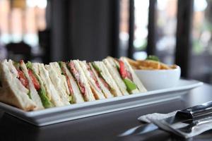 sanduíche de clube com fundo de madeira foto