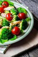 salada de frango com tomate cereja foto