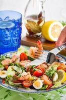 salada fresca de camarão, ovos e legumes foto