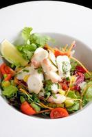 salada de polvo com fatia de limão alface foto