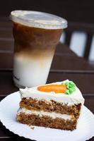 bolo de cenoura e café gelado foto
