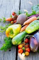 legumes em um fundo de madeira foto