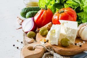 ingredientes da salada - tomate, alface, pepino, queijo feta, cebola, azeitona, alho