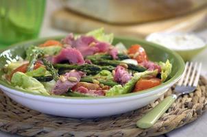 salada de carne e aspargos close-up foto