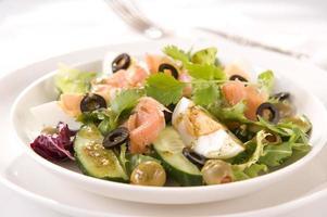 salada com salmão foto
