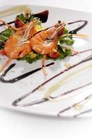 salada de camarão gourmet foto