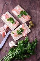 bacon crocante com pão fresco em cima da mesa foto