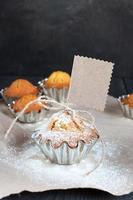 cupcakes com tag vazia na mesa de madeira foto