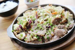 comida japonesa carne de porco com gengibre na panela foto